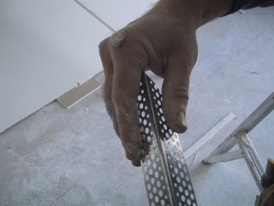 Prepairing a plasterers external angle by pinching in the ends