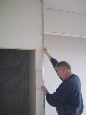 Using basecoat to pin a plasterers external angle in place