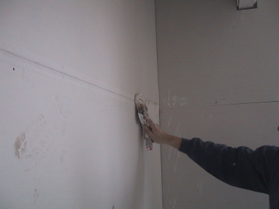 taping a plasterboard join using fibreglass tape