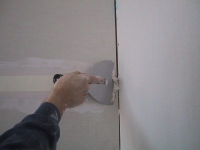 Bedding Paper Tape Into A Plasterboard Join