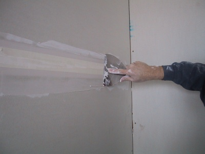 Taping a plasterboard join with paper tape